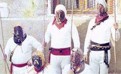 <em>Mamoxarro</em> enmascarado de Unanua (Navarra), con karatola metálica