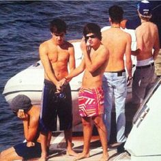 all of 1D SHIRTLESS. in ONE PICTURE. omg omg omg.