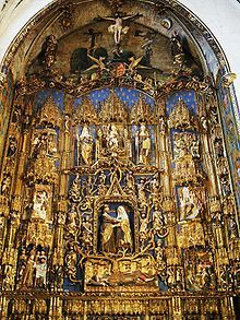 Retablo central de la Capilla de Santa Ana de la Catedral de Burgos, de Gil de Siloé (1477-1488). Compárese con el retablo lateral, obra de su hijo Diego de Siloé, de estilo plateresco (en su sección).