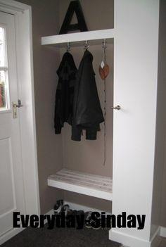 Interieurideeën | Kapstok in de hal met kast en handig bankje. Door doemaaraanmij