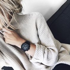 Winter sweater and a beautiful clock.                      @nurrpuchades