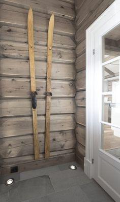 Et par gamle ski gjør seg godt på en vegg behandlet med Tyrilin Interiørbeis i farge 26 Gråtonet, her vist avstrøket. Entrance Foyer, House Entrance, Cabin Homes, Log Homes, Foyer Design, House Design, Scandinavian Cabin, Log Cabin Living, Log Home Designs