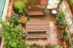 Tips and plans for starting a small vegetable garden at home. Square foot, container and other small plot garden plans for growing vegetables the easy way. Apartment Vegetable Garden, Vegetable Garden Planning, Backyard Vegetable Gardens, Container Gardening Vegetables, Vegetable Garden Design, Garden Farm, Patio Gardens, Rooftop Gardens, Porch Garden