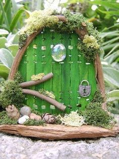 Recycle Reuse Renew Mother Earth Projects: How to make Yule Fairy Doors = paint sticks with notches cut out? by julie fairy stuff! Diy Fairy Door, Fairy Garden Doors, Mini Fairy Garden, Fairy Garden Houses, Fairy Doors, Garden Gnomes, Diy Door, Fairy Tree, Little Gardens