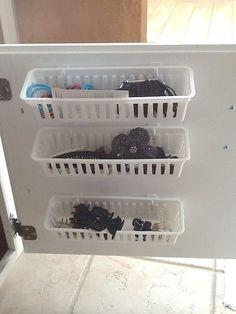 Esconder a bagunça com alguns cestos encaixados na porta do lado de dentro do armário.