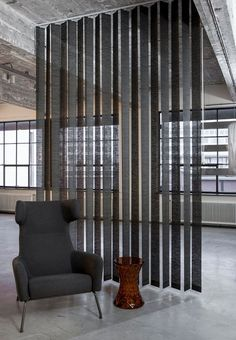 JASNO swings: vertical louver blinds with a surprising effect Grote ramen, kleine ramen, voor Door Shades, Shades Blinds, Small Space Interior Design, Interior Design Living Room, Rideaux Design, Room Partition Designs, Curtain Designs, Office Wall Decor, Curtains With Blinds
