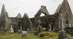 Le monastère de Kilmacduagh, dans le comté de Galway, en Irlande.