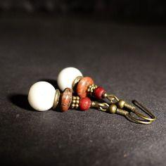 White stones , boucles d'oreille ethniques perles blanches, jaspe rouge et os. boucles d'oreille artisanales blanches .