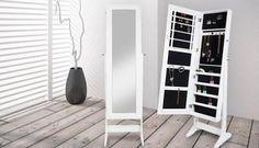 Un elegante y moderno armario joyero con un espejo de cuerpo entero