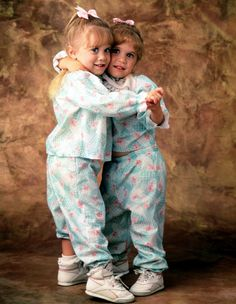 Full House Olsen Twins Holding Hands Television Photo - 20 x 25 cm Michelle Tanner, Michelle Obama, Full House Cast, Full House Tv Show, Ashley Mary Kate Olsen, Ashley Olsen, Elizabeth Olsen, Famous Twins, Olsen Sister