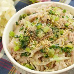 「レンジでネギ塩豚バラ丼」のレシピと作り方を動画でご紹介します。豚バラ肉にネギだれをたっぷり揉み込んで、レンジで加熱するだけの10分料理!ごま油の香りが食欲を誘います。丼はもちろん、そうめんやサラダにのせても絶品ですよ♪