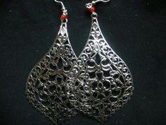 orecchini fatti a mano con charms stilizzati e traforati, 3€ su misshobby.com