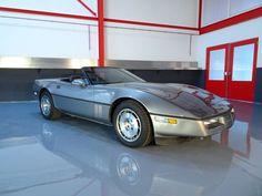Chevrolet - Corvette Tuned Port-Injection 350CI V8 Cabriolet - 1986  Laat deze kans niet liggen en wordt de nieuwe eigenaar van deze tijdloze klassieke Tuned Port-Injection Corvette cabriolet! Het betreft hier een NO RESERVE VEILING. In 1984 werd een geheel nieuw model Corvette geïntroduceerd niet alleen qua uiterlijk maar ook chassis en wielophanging (1982 had nog de wielophanging van 1963!). In Hierdoor was de wegligging en het rijdgedrag een stuk verbeterd tevens werden een groot aantal…