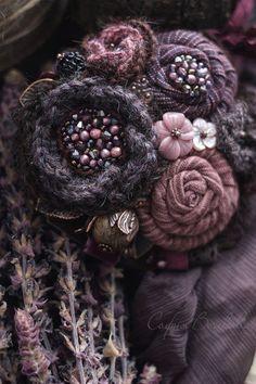 Fabric Flower Necklace, Fabric Flower Pins, Fabric Flower Brooch, Fabric Flower Tutorial, Handmade Headbands, Brooches Handmade, Handmade Beads, Handmade Flowers, Handmade Rugs