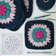 Squares fofos sempre nos ajuda a criar coisas lindas para a casa...  .  .  #squares #grannie #pattern #crochet #patron