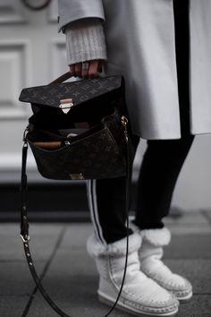 save off 9f13f b0105 Sandra Ebert of black palms in einem gemütlichen Joggingpants Adidas  Outfit. Louis Vuitton Pochette Metis Mou Boots American Vintag Streetstyle