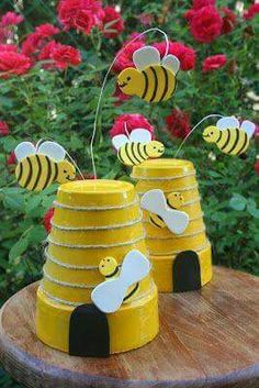 Super cute bee craft: 26 Budget-Friendly and Fun Garden Projects Made with Clay PotsSimple items can now be put to good use through inexpensive garden projects realized with clay pots or wine bottles for example.clay pot bee hive/// tutorial may need tran Clay Pot Projects, Clay Pot Crafts, Garden Projects, Diy Projects, Shell Crafts, Garden Ideas, School Projects, Flower Pot People, Clay Pot People