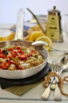 """""""Mezzi rigatoni con finto pesto di melanzane, crema di caciocavallo podolico del Gargano e pomodorini confit"""", la ricetta del blog Dafne's Corner http://www.angolodidafneilgusto.com/2014/07/mezzi-rigatoni-con-finto-pesto-di.html"""