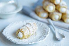 Jednoduché kremrole ze šlehačky 420 g hladké mouky 250 g změklého másla (případně Hery) 200 ml smetany na šlehání špetka soli 1 plná lžíce octa Sníh 3 bílky z velkých vajec 180 g cukru krupice pár kapek citronové šťávy Prošlehané vajíčko na potření Moučkový cukr s vanilkou na pocukrování