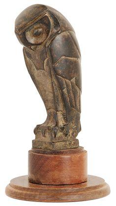 """Édouard-Marcel SANDOZ (1881-1971)  """"Hibou"""", dit """"Chouette"""", dit """"Effraie"""" Sculpture en bronze, patine médaille, à forte stylisation Art déco, reposant sur une terrasse en bois (non d'origine).  Signature incisée et cachet de fondeur """"Susse Frères""""."""