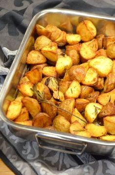 Recipe for the best crispy potatoes with rosemary and garlic. Food N, Food And Drink, Veggie Recipes, Healthy Recipes, Diner Recipes, Side Dishes For Bbq, Latest Recipe, Crispy Potatoes, Vegas