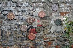 O encantador e detalhado trabalho da artista polonesa NeSpoon toma conta das ruas de Varsóvia. Ela espalha sua marca através de stencils e intervenções artísticas de cerâmica, crochê e outros materiais que têm como base padrões de renda ornamentadas.
