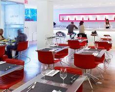 Épuré, moderne et animé, le Café Holt est un grand classique pour les lunchs au centre-ville. Son offre inclut un choix d'entrées et de salades saisonnières ainsi que les fameuses tartines au pain Poilâne, importées de la célèbre boulangerie parisienne. Avec l'arrivée du jeune chef Samuel Fortier, le menu de l'établissement profite aussi d'un vent de fraîcheur, proposant, cet automne, de nombreux produits issus de notre terroir, dont le canard du Lac Brome, .... 7 à 20$