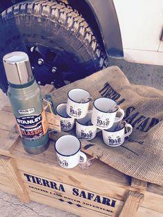 Retropots para Tierra Safari. Desde hoy sometidos a las condiciones más duras en sus rutas en Land Rover . ________ #retropot #heritage #retro #vintage #outdoors #campmug #café #coffee #mug #taza #enamelware #enamelmug #camping #camp #defender #stanleyness #campervan #caravaning #campvibes #stanley #campfire #campcoffee #adventure #offroad #landrover #noplastic #allterrain #customdesigns #tierrasafari #madeinspain