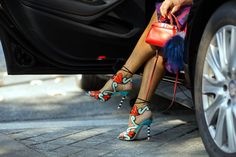 Anna dello Russo in Sophia Webster sandals & Fendi mini bag Fashion Week Paris, Spring Fashion, Fendi Mini Bag, Anna Dello Russo, Street Style Blog, Latest Fashion Trends, Fashion Tips, Style Fashion, Colorful Shoes