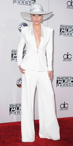 Look of the Day - Lady Gaga suited up for the 2016 American Music Awards in a custom Brandon Maxwell design that boasted impeccable tailoring, that she styled with nothing else except for a white wide-brim hat. Bal Smoking, White Tuxedo Wedding, Prom Tuxedo, Tuxedo Suit, Black Tuxedo, American Music Awards, White Fashion, Look Fashion, White Blazers