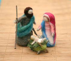 Schöne Nadel gefilzt Krippe mit Joseph, Maria und Baby Jesus für Sie Natur Weihnachtstisch. Alle drei Figuren sind 100 % Wolle, mit Draht im Inneren, so dass sie positioniert werden wie gewünscht. Maria und Joseph sind etwa 5-5 1/2 hoch. Baby Jesus Wiege besteht aus kleinen Zweigen und