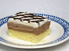 Egy újabb közkedvelt recept likőrös süteményre. Piskóta tojás likőrrel, lágy csokoládé-likőrös töltelék és tejszínhab, amely elvarázsolja Önöket.