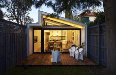 A Boundary To Boundary Row House In Elsternwick 7 Narrow House Designs, Modern Small House Design, Small Tiny House, Small Modern Home, Tiny Houses, House With Granny Flat, Steel Frame House, Beachfront House, House Siding