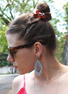 close-de-lado-coque-flor - Juliana e a Moda   Dicas de moda e beleza por Juliana Ali