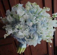 Eleganza, stile ed emozione. Ortensie bianche e celeste polvere, mughetto e pisello odoroso per un bouquet raffinato ed unico.