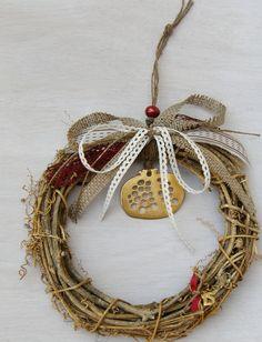 στεφάνι γούρι Christmas Home, Christmas Crafts, Graduation Open Houses, Dyi Crafts, Felt Patterns, Lucky Charm, Grapevine Wreath, Craft Projects, Charmed