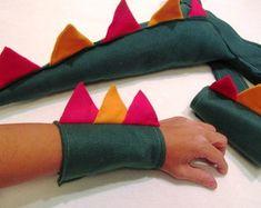 kit-cauda-bracelete-dinossauro-feltro-lembrancinha-rabo-de-dinossauro-em-feltro