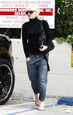 Gwen Stefani Boyfriend Jeans - Gwen wears some low hanging boyfriend jeans with her sleek black turtleneck and flip flop sandals. Just Gwen's style! All Jeans, Casual Jeans, Jeans Style, Skinny Jeans, Jean Outfits, Cool Outfits, Casual Outfits, Fashion Outfits, Punk Fashion
