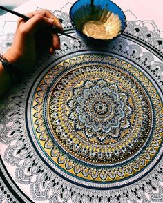Je vous propose une plongée hypnotique dans les superbes mandalas de l'artiste britannique Asmahan A. Mosleh alias Murder and Rose sur Instagram. Des dizai