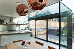 Glass Sliding Doors into Garden - glazen uitbouw met zwarte raamprofielen