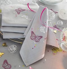 Serviettes de table brodées de motifs papillons. collection Nymphéa. #serviettesbrodees #lingedetable #francoisesaget