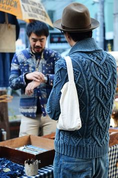 denim blue cable-knit looks like Artwork who made the best chambray sweaters Look Fashion, Mens Fashion, Fashion Menswear, Knit Fashion, Mode Man, Tommy Ton, Men Street, Look Cool, Pulls