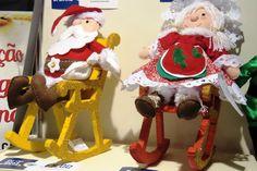 Casal Noel na Cadeirinha de Balanço. Peças confeccionadas em feltro, tecido, isopor e lã. Tudo feito à mão. Ideal para pôr sobre a mesa ou aparador. Todo o conjunto 100,00. <br>Apenas a cadeirnha de balanço 25,00 <br>Faça sua encomenda