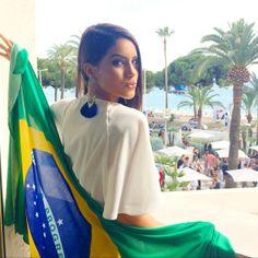 The game starts soon! Cheering for you Brazil! (At least my flag was in my carry on bag with shoes and purses) -------- Torcendooooo mesmo de longe!!! Arrebenta meu BRASIL #worldcup (Gente, pelo menos minha bandeira veio na malinha de mão kkkkkkk roupa mesmo... nada) #copa #brasil #brazilvsmexico