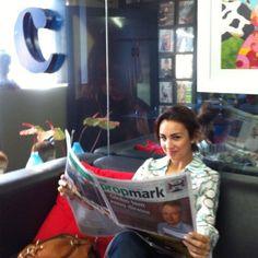 A sempre antenas Millena Machado, enquanto aguarda para uma reunião com um cliente no escritório!
