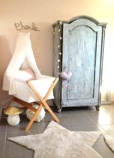 babykamer met prachtige vintage kast en figuurlamp vliegenzwam goud