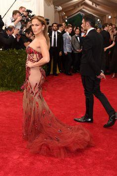 Pin for Later: Jennifer Lopez zeigt so viel Haut wie nie bei der Met Gala Jennifer Lopez in Versace bei der Met Gala 2015