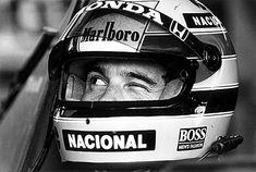 2 — A piscada de Ayrton Senna (1989)        Fotografia feita em 26 de março de 1989, durante o Grande Prêmio Brasil de Fórmula 1, no Autódromo de Jacarepaguá, no Rio de Janeiro. Na fotografia, Ayrton Senna pisca o olho para o chefe de equipe da McLaren, Ron Dennis, sinalizando que estava pronto para correr. Fotografia: Evandro Teixeira.