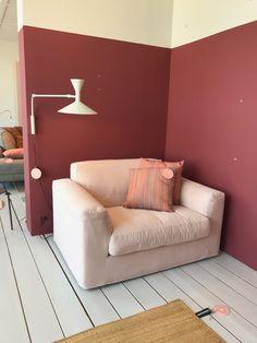 Gelderland fauteuil 905 Illusion design Jan des Bouvrie in een zachte roze katoen. Door de steenrode kleur erachter krijg je een mooi contrast.  Te zien @jandejong interieurs in Leeuwarden. #gelderlandmeubelen #loungen #rozeinterieur