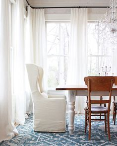 We've got an instastory series up right now about how we hacked those inexpensive ikea Ritva curtains to give them that pretty French pleat! Bonus no sewing was involved ! And each panel comes out to under $22 a piece! Rug : @bashianhome